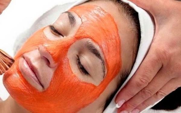 нанесение маски из помидоров