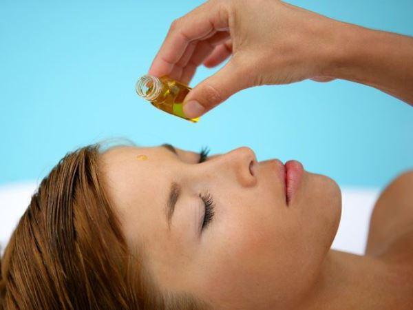 нанесение масла на кожу лица